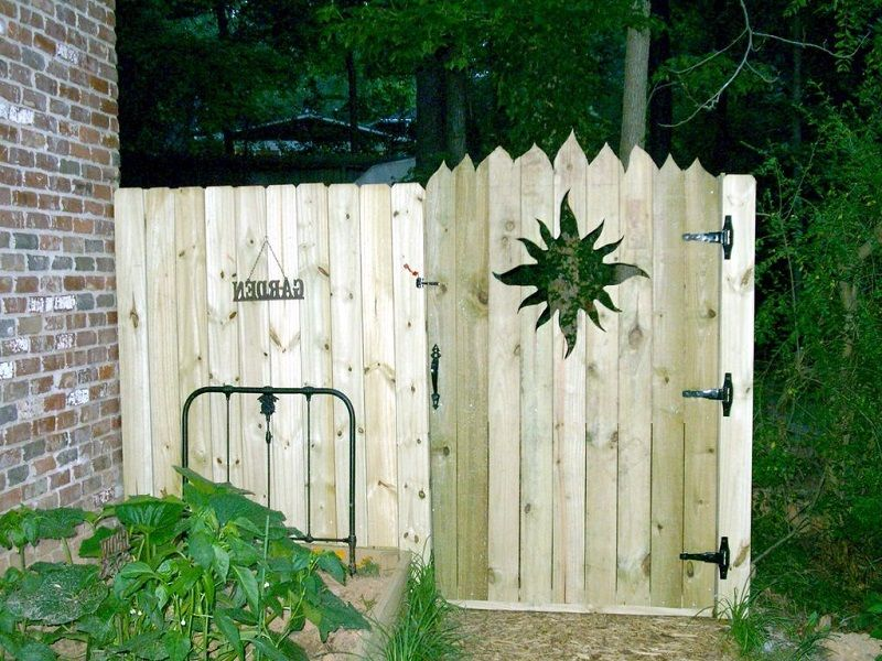 inexpensive privacy fence gate ideas http lanewstalk. Black Bedroom Furniture Sets. Home Design Ideas