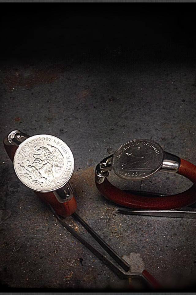 Monedas de plata transformados en pulseras de cuero con cierre