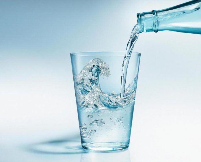 Стакан с водой может спасти вас от гипертонии. Вот как это ...