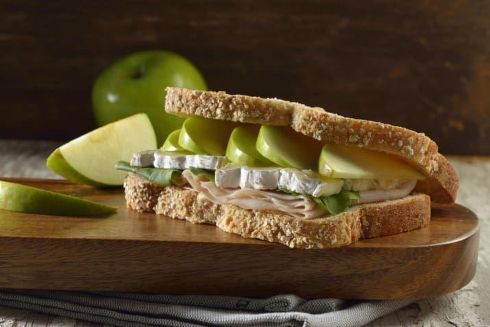 Los sándwiches son perfectos cuando tienes poco tiempo para preparar un desayuno. Pero, lo cierto es que se pueden volver muy aburridos si siempre son de lo mismo. No dejes que eso te pase, y prepara este sándwich de pechuga de pavo, queso brie, manzana, arúgula y mostaza.En este link puedes ver cómo se prepara.