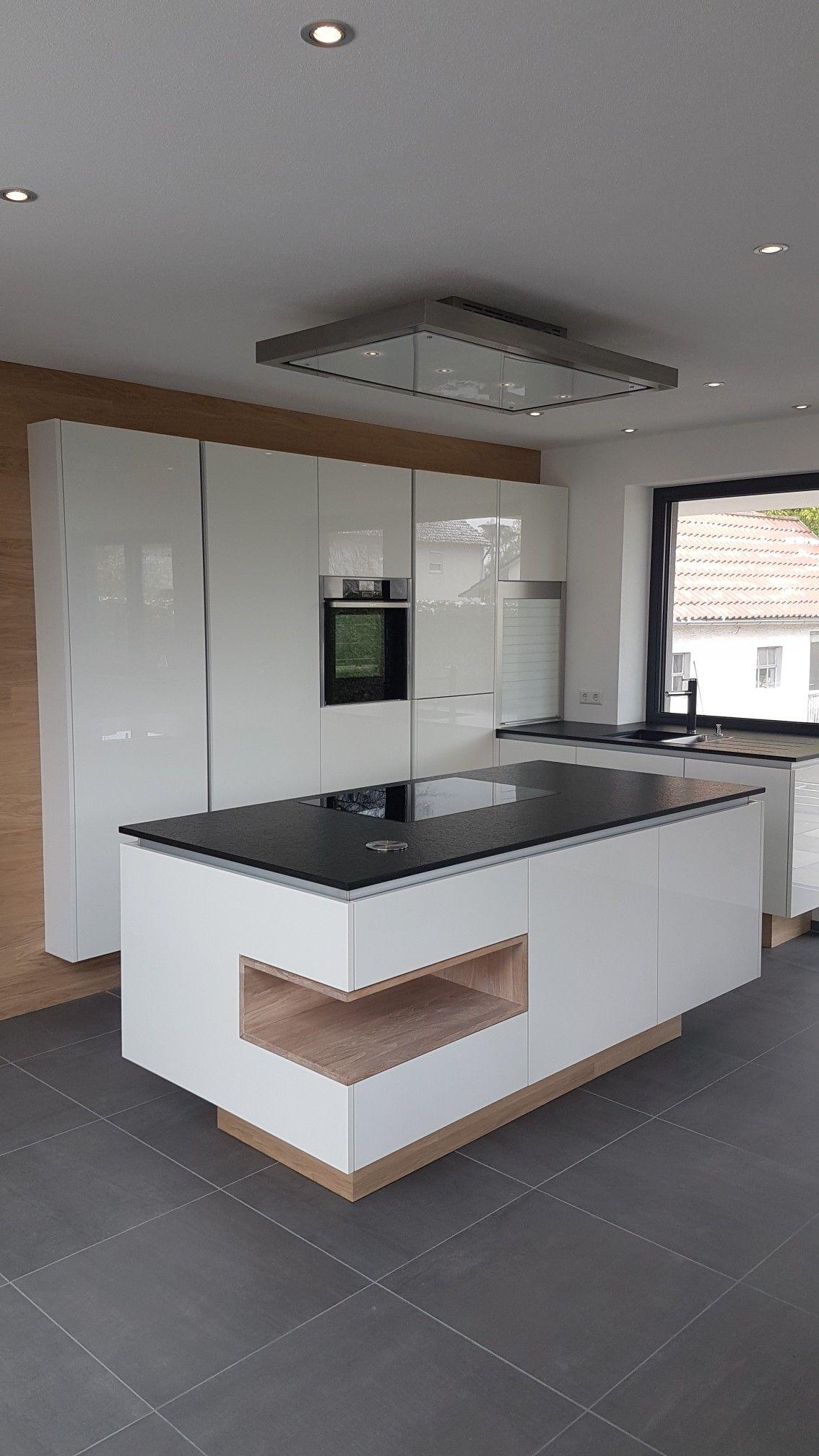 Granitplatten küche  Küche Weiß Glanz, Nero Assoluto Granit und Eiche Einsatz | Cocinas ...