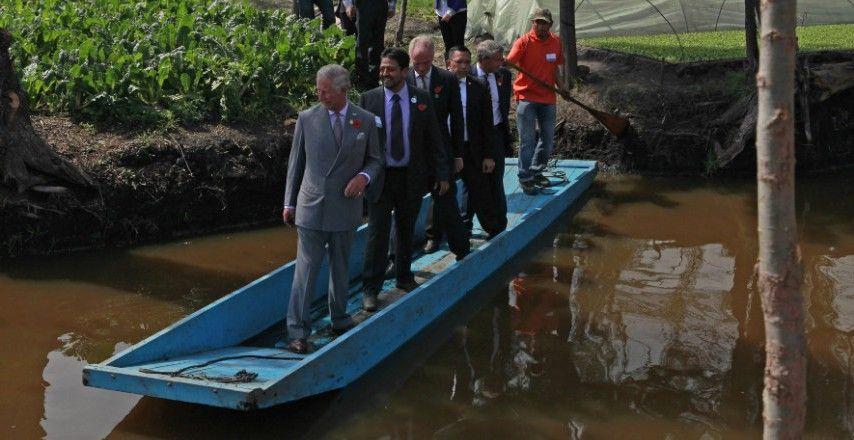 El príncipe Carlos pasea en Xochimilco