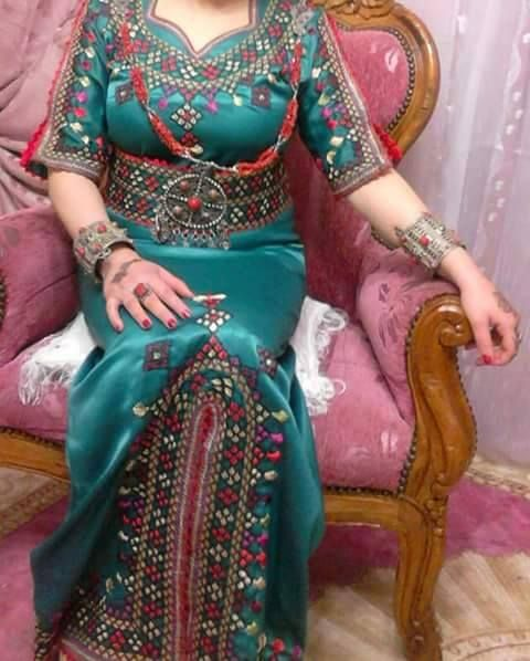 Robe kabyle moderne broderie berb re robe kabyle for Maison kabyle moderne