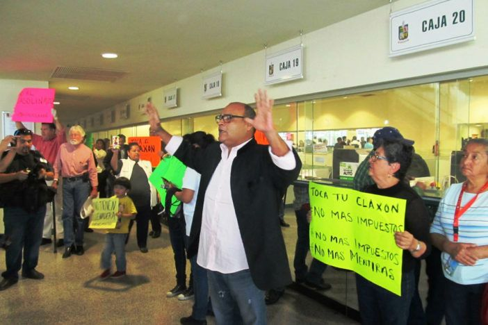 Realizan protesta contra la tenencia en Pabellón Ciudadano de NL - http://www.notimundo.com.mx/estados/realizan-protesta-contra-tenencia/