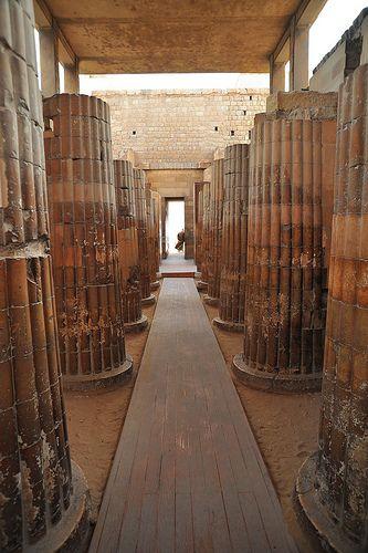 Columnas de entrada a la pirámide escalonada del rey Zoser en Saqqara.