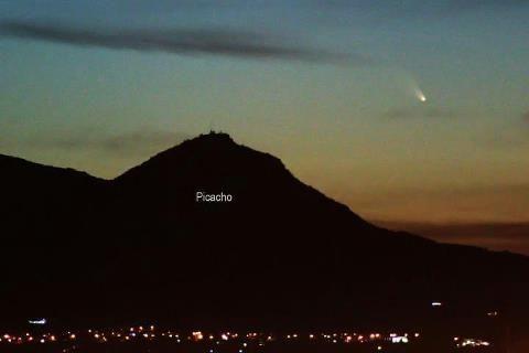 El cerro del Picacho y el cometa, Aguascalientes, Marzo 13, 2013