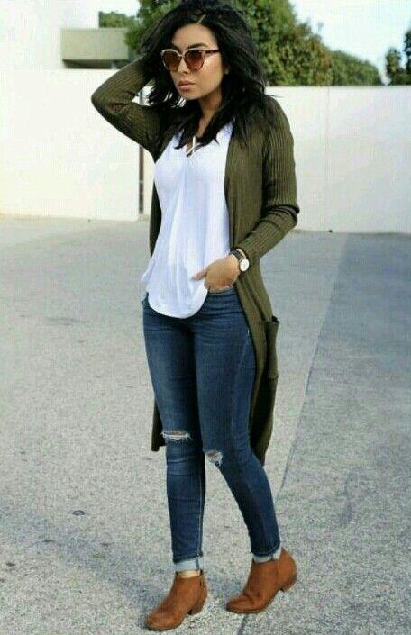 look despojado chic jeans + blusa preta + casaco caramelo