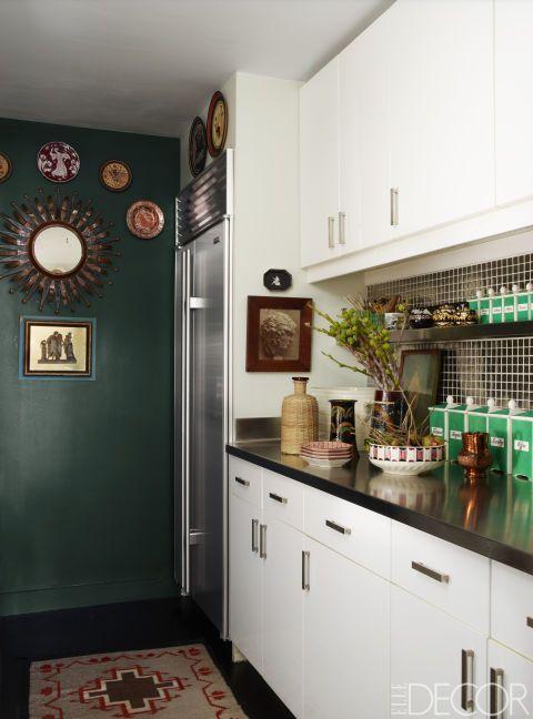 Les armoires de cuisine sont par Ikea, le réfrigérateur est de Sub-Zero, le tapis Navajo est de Kandi, et le mur est peint en Farrow & amp;  Transport vert de balle.