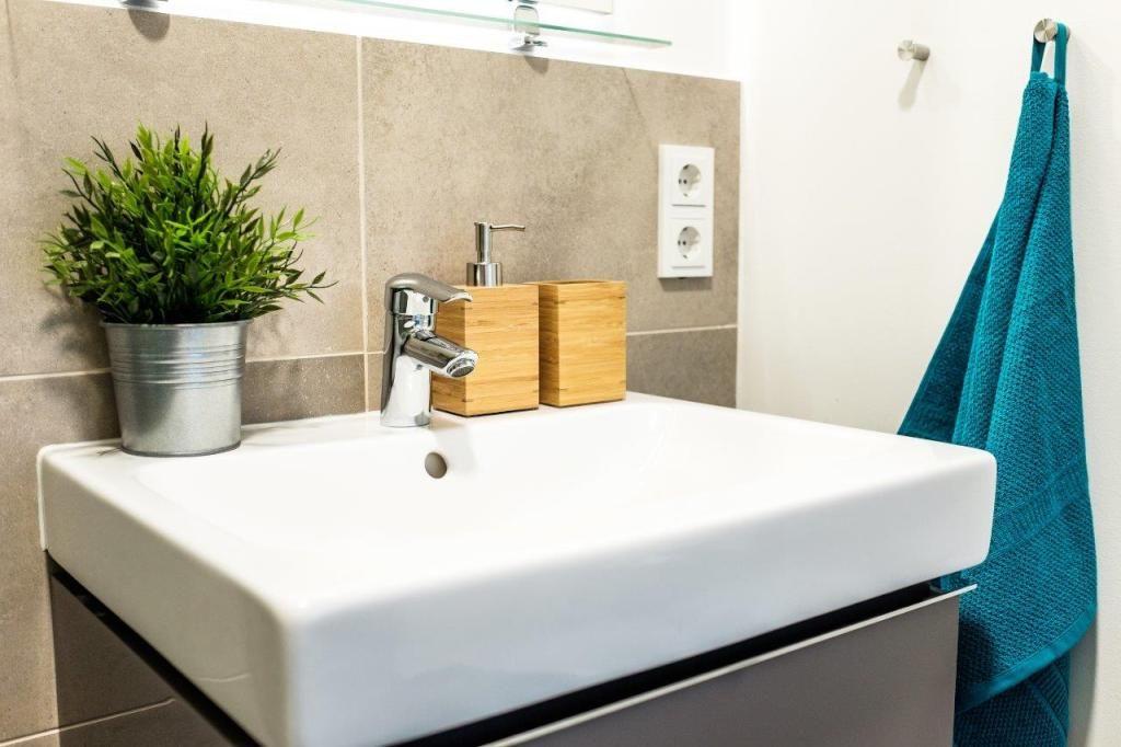 Eine Tolle Idee Natur Im Bad Zu Integrieren Hier Auf Zwei Verschiedene Arten Eine Pflanze Und Ein Seifenspender A Schone Badezimmer Seifenspender Badezimmer