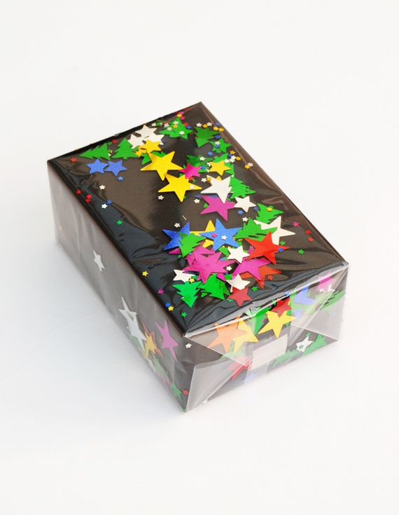 Jag älskar det här från Kate på Mini-eco. men det här tycker jag är extra roligt. En julklapp inslagen i egengjort papper med konfetti i. Superfint!