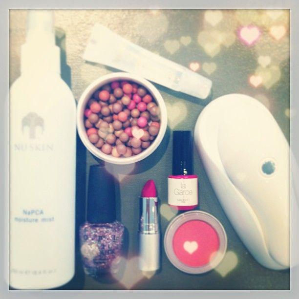 """Ma Beauty Case chouchou pour être au top en vacances #beauty #nail #nuskin #marinho #opi #viseart #holidays De gauche à droite : spray hydratant cheveux et corps #nuskin , #lipgloss repulpant Nuskin USA Com , Poudre de soleil Météorites, Vernis #paillettes rose #opi , Rouge à lèvres Bois de Rose #viseart + Blush Pêche , la Mini.M MARINHO Paris et son vernis longue tenue """"La Garce"""". disponible @Ellen McKitterick'up Beauty Bar"""
