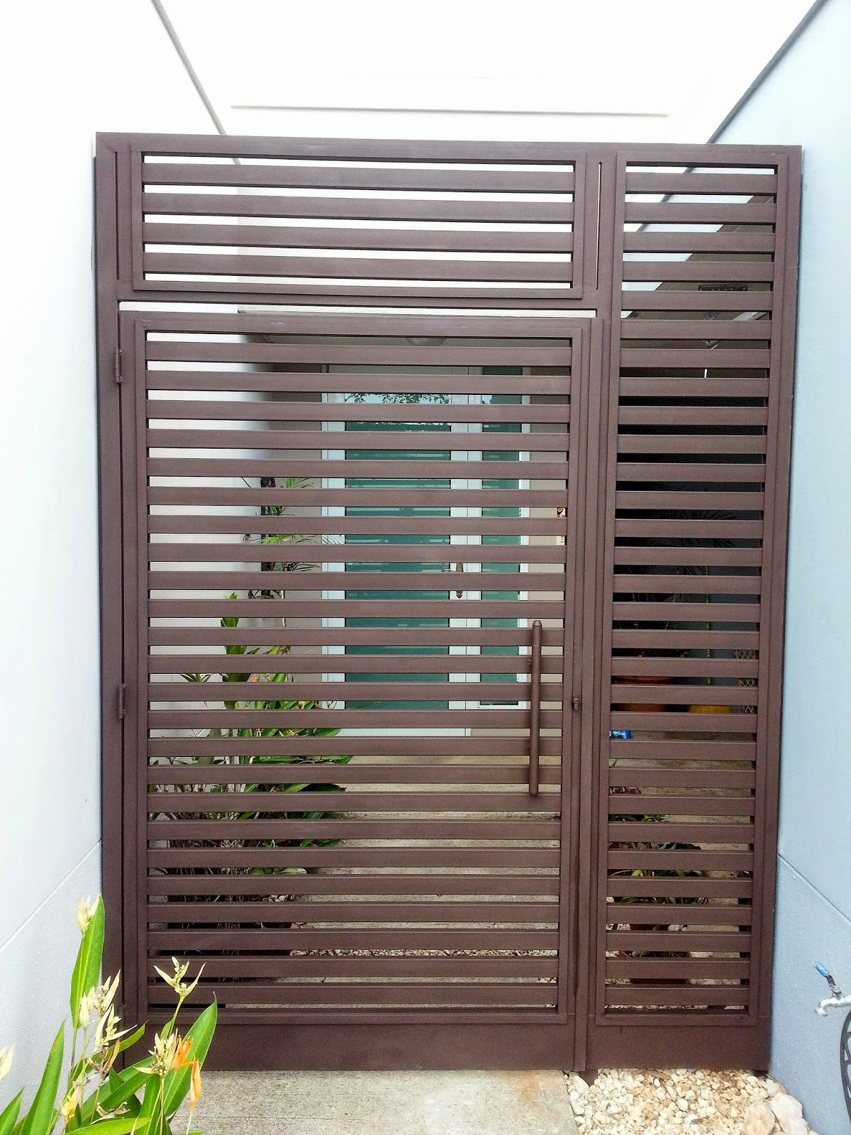 Rejas y portones portones modernos puertas y ventanas pinterest puertas modernas rejas y - Verjas para puertas ...