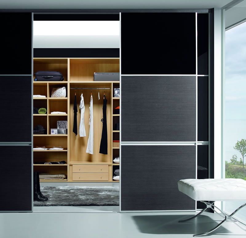 Armario vestidor con puertas para aislarlo del dormitorio for Cortinas para armarios empotrados