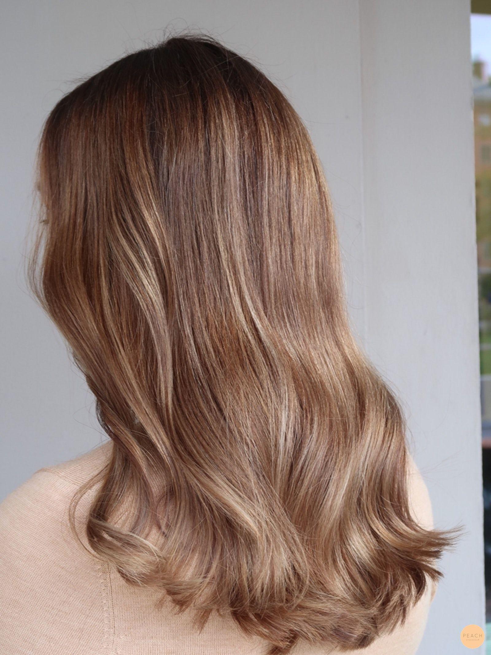 blonda slingor i mörkt hår