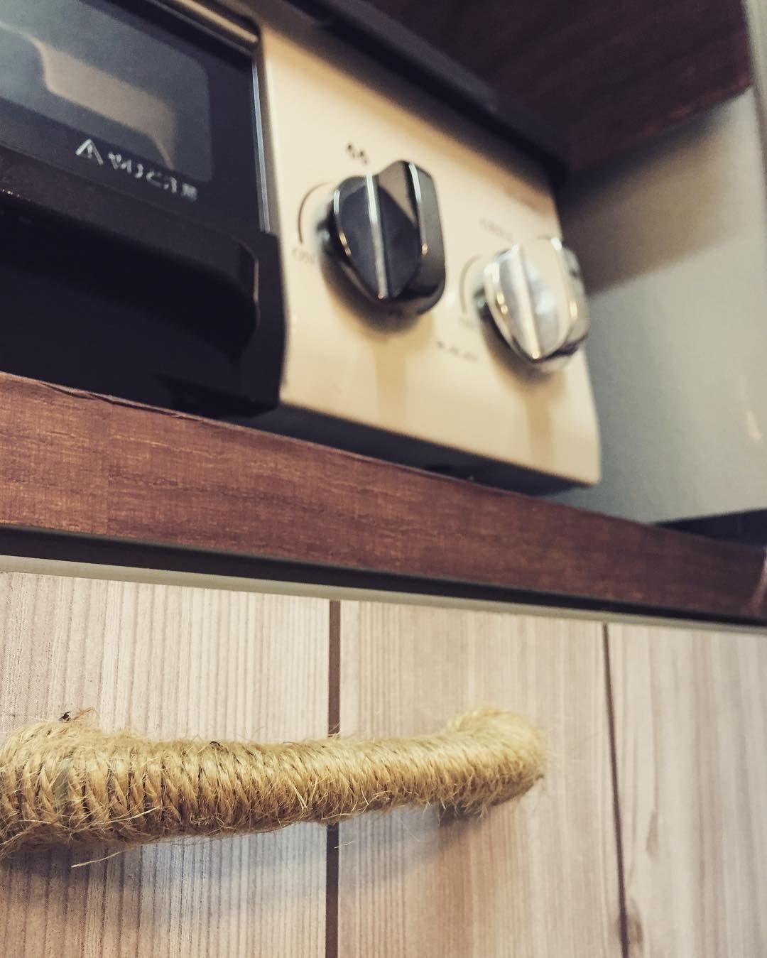 サイズが合う取っ手がなかなか見つからず 麻紐を巻いてみたら意外にしっくりきた  #リメイク #100円ショップ #キャンドゥ #セリア #リメイクシート #キッチン #ガスコンロはcaferi #お気に入りで毎日磨いてる #caferi #麻紐 #DIY by vivico.rie