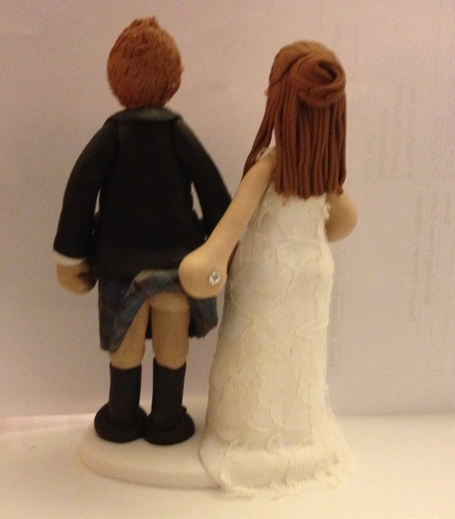 cheeky scottish wedding cake toppers a cheeky view of a scottish kilt wedding cake topper 12550