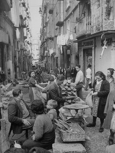 Alfred Eisenstaedt  People Buying Bread in the Streets of Naples