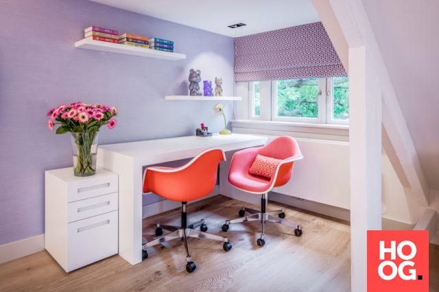 Werkkamer met luxe bureau en bureaustoelen interieur