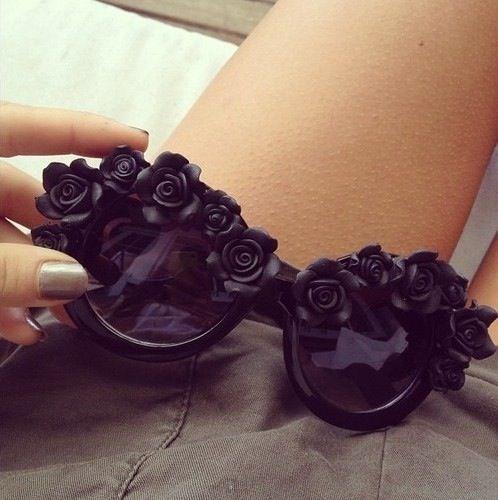 Zonnebril bekleed met zwarte roosjes