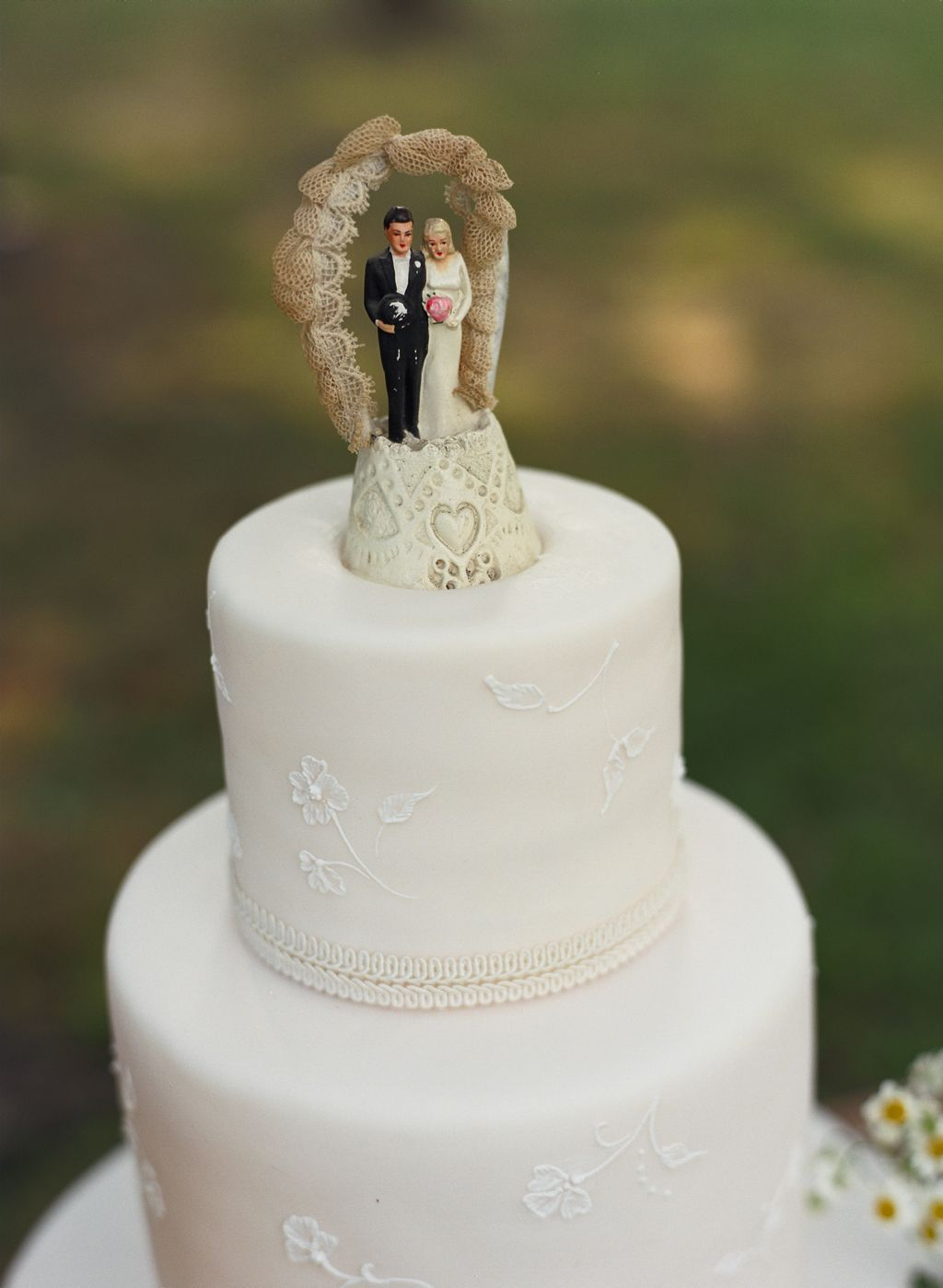 old-fashioned-cake-toppers-beach-weddings-delicate-cake-desi… | Old ...