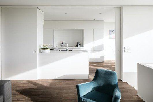 Strakke minimalistische woning. keuken: bulthaup van damme team