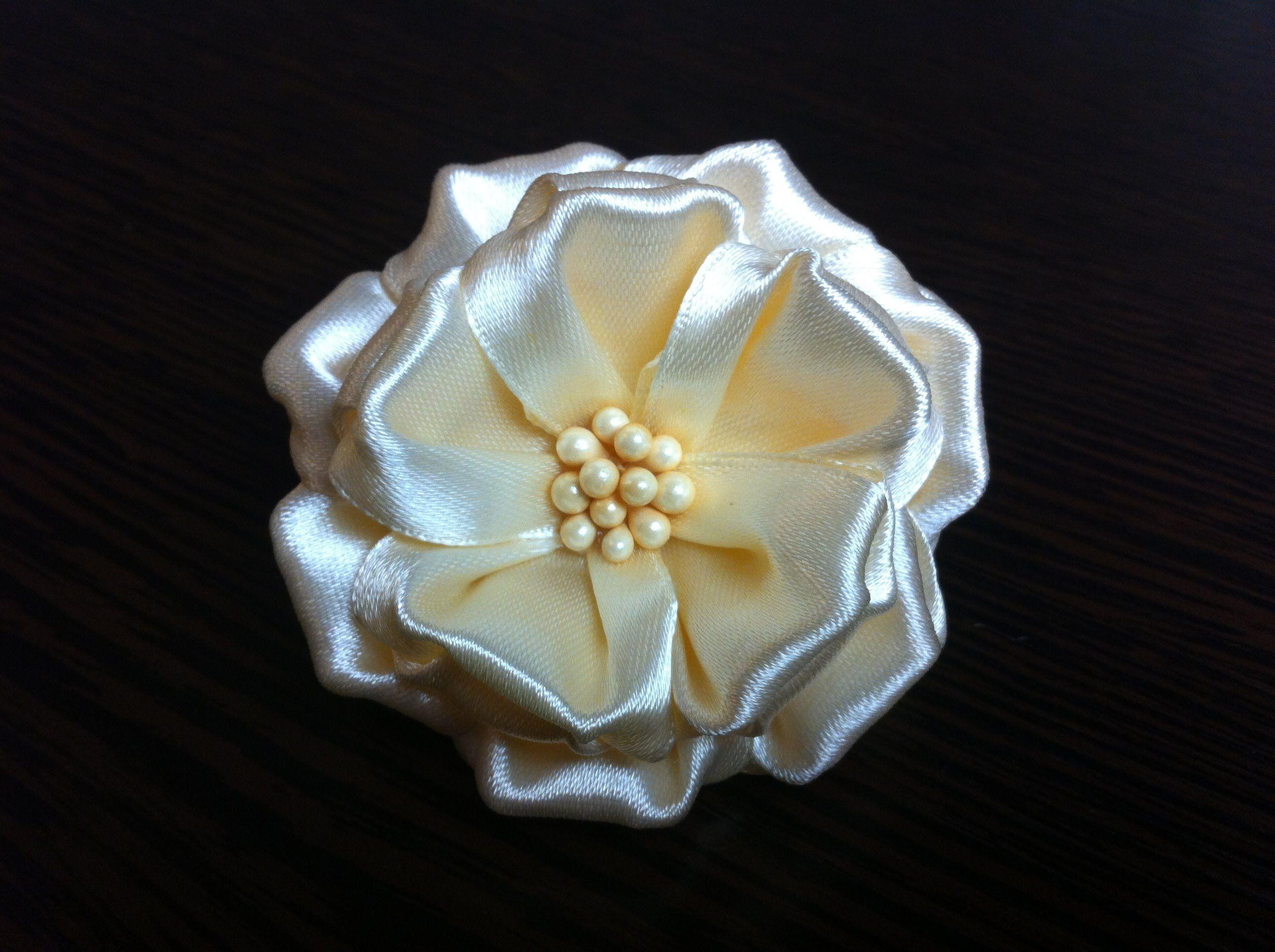 Украшение на резинку Канзаши/Объемный Кремовый цветок