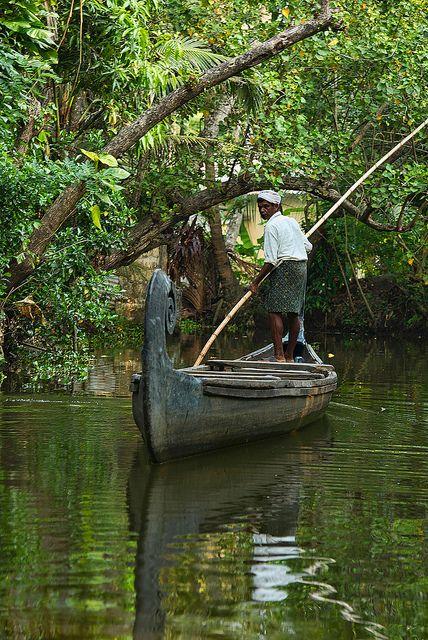 Backwaters of Kerala Niesamowite kanały wodne -utworzone przez ogromną rzekę ,która wgryzła sie w ląd tworząc sieć kanalików wodnych gdzie u ich wybrzeży żyją ludzie :) można z bliska przyjrzeć się kulturze Hindusów jak i poznać się z nimi:)
