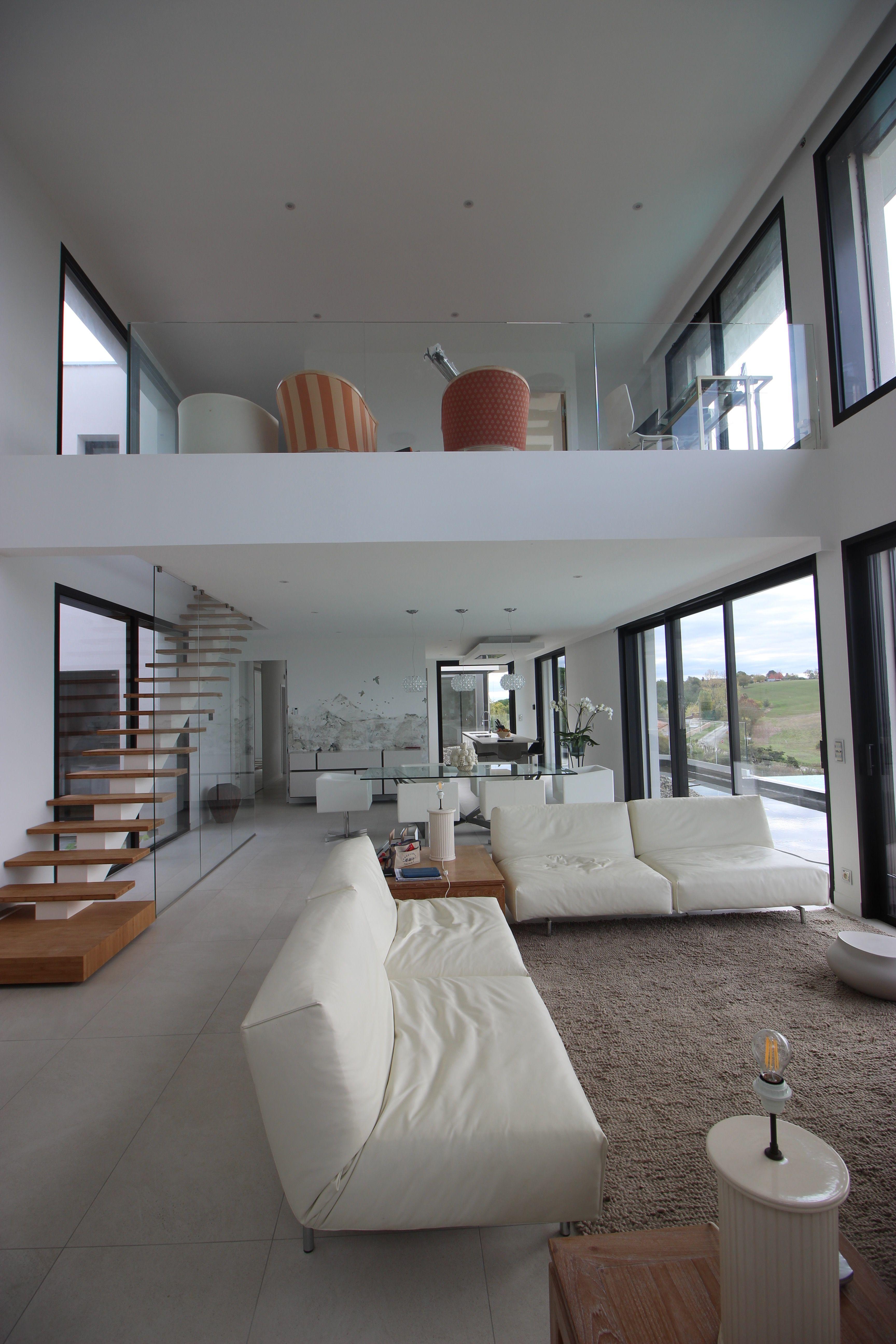 Salon à double hauteur  Décoration intérieure maison moderne