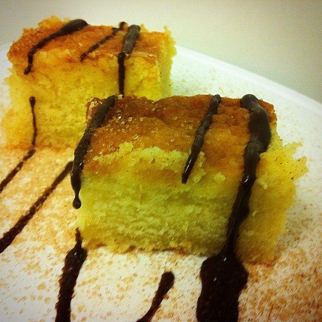 en frisk, blød - protein'lemon'cake  Dejen; saft fra 1 appelsin, saft fra 1/2 lemon, 40 g mandelmel, 30 g protein pulver (anbefaler klart vanilje cream fra @bodyman) , 15 g kokosmel, 15 g hakket mandler, sødemiddel, revet appelsinskal (øko), 1 æg, 2 æggehvider - mix, i ovnen på varm luft på 175 g til kagen er bagt, men ikke tør. Afslut evt med lidt sukrin gold @sukrindk og lad smelte på toppen, eller melis versionen, lækker finish!