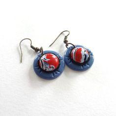Boucles d'oreilles rondes style ethnique rouge, bleu , noir et blanc fait main argile polymère