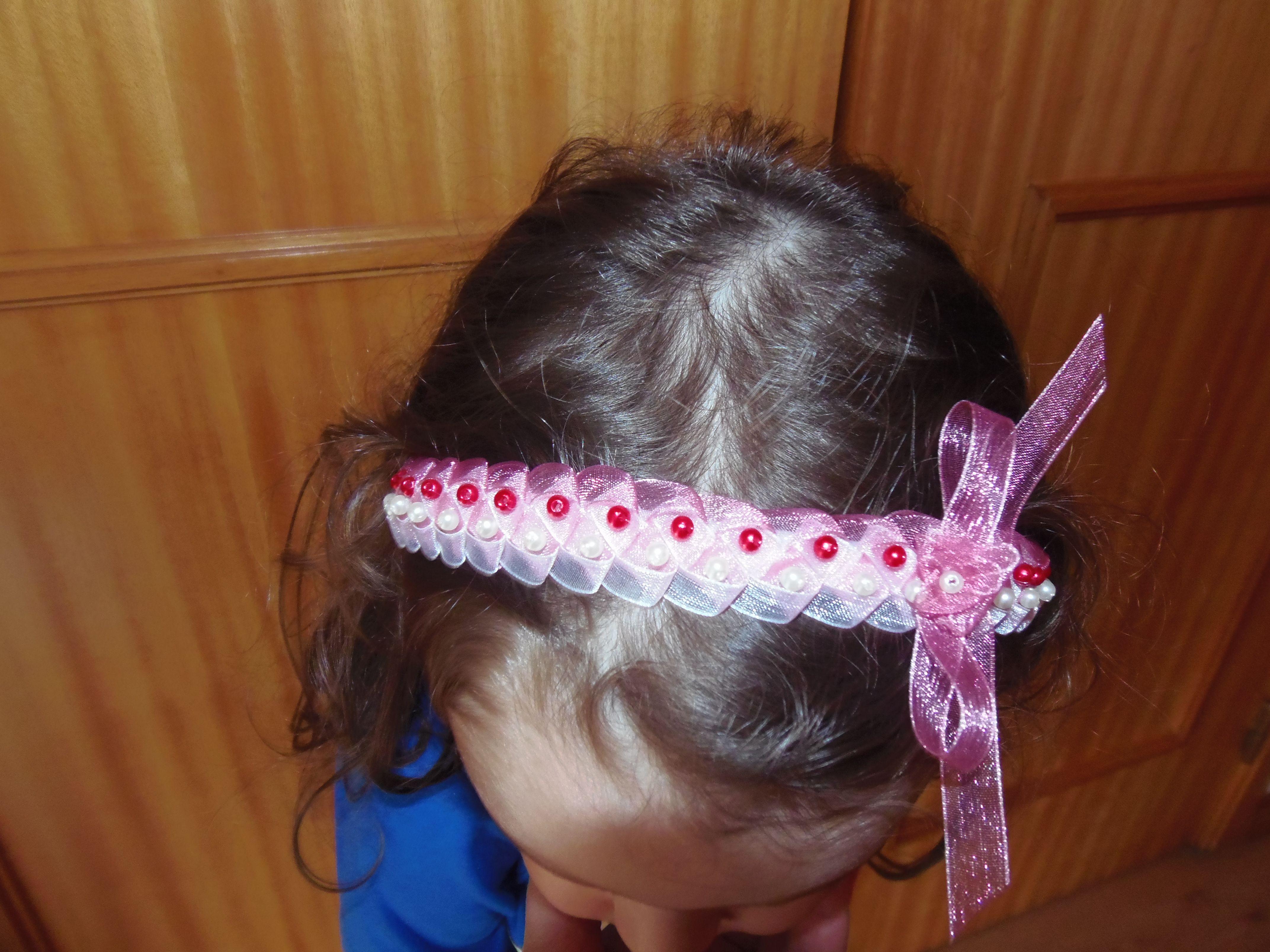 arco de cabelo com fita entrançada e pérolas