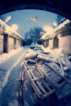 Estilo urbanita......jejeje Urban Road Gap, Gerben Werveij in Helsinki, Finland https://www.facebook.com/Snowboard-Equipment-174997816033563 #snowboarding
