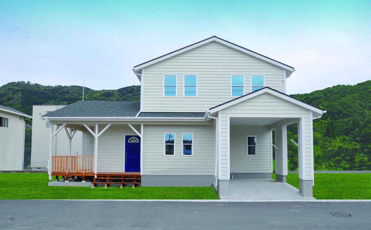 青い玄関ドアがアクセントのアメリカンスタイルの家 ブルースホーム小倉 アメリカンスタイル 家 輸入住宅