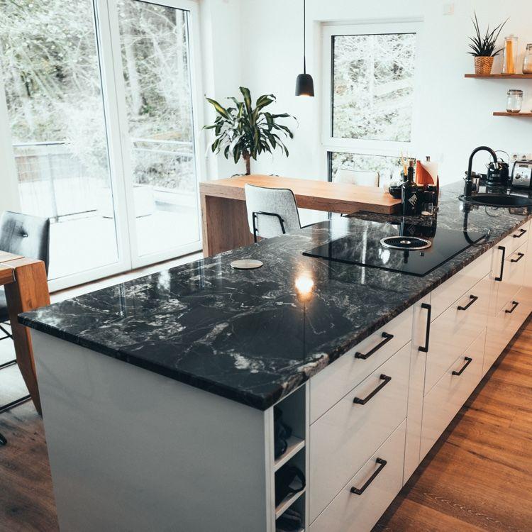 Moderne Weisse Kuche Mit Arbeitsplatte In Marmoroptik Kuche Holzboden Moderne Kuche Kuche