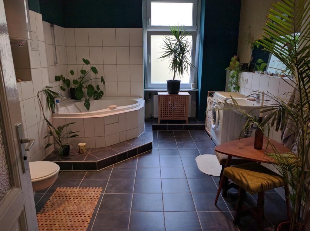 Teppich Badezimmer ~ Großes begrüntes badezimmer mit riesiger badewanne in berliner