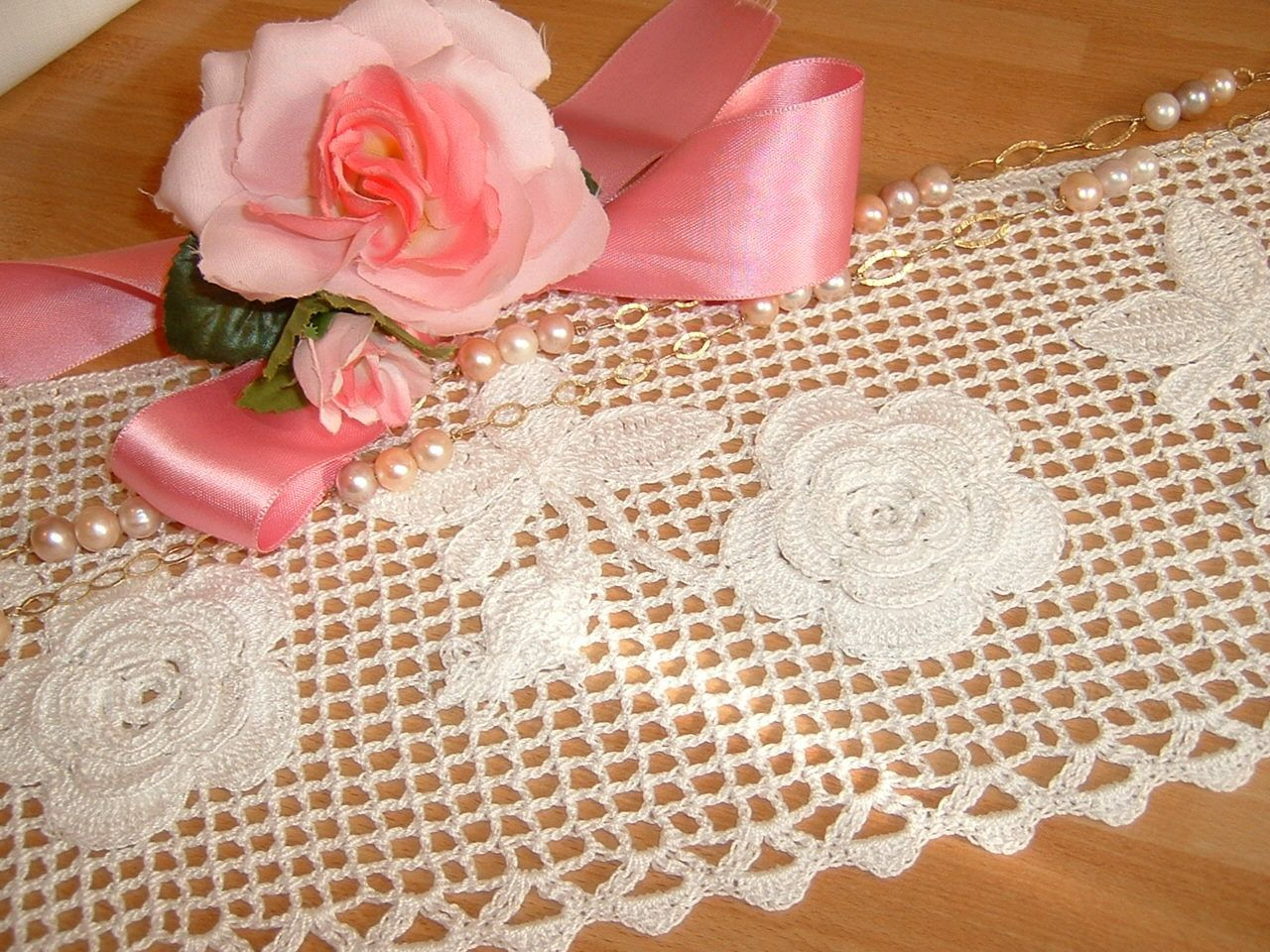 Pizzo per bordura all 39 uncinetto con i mazzolini di rose d Pizzi all uncinetto per credenze