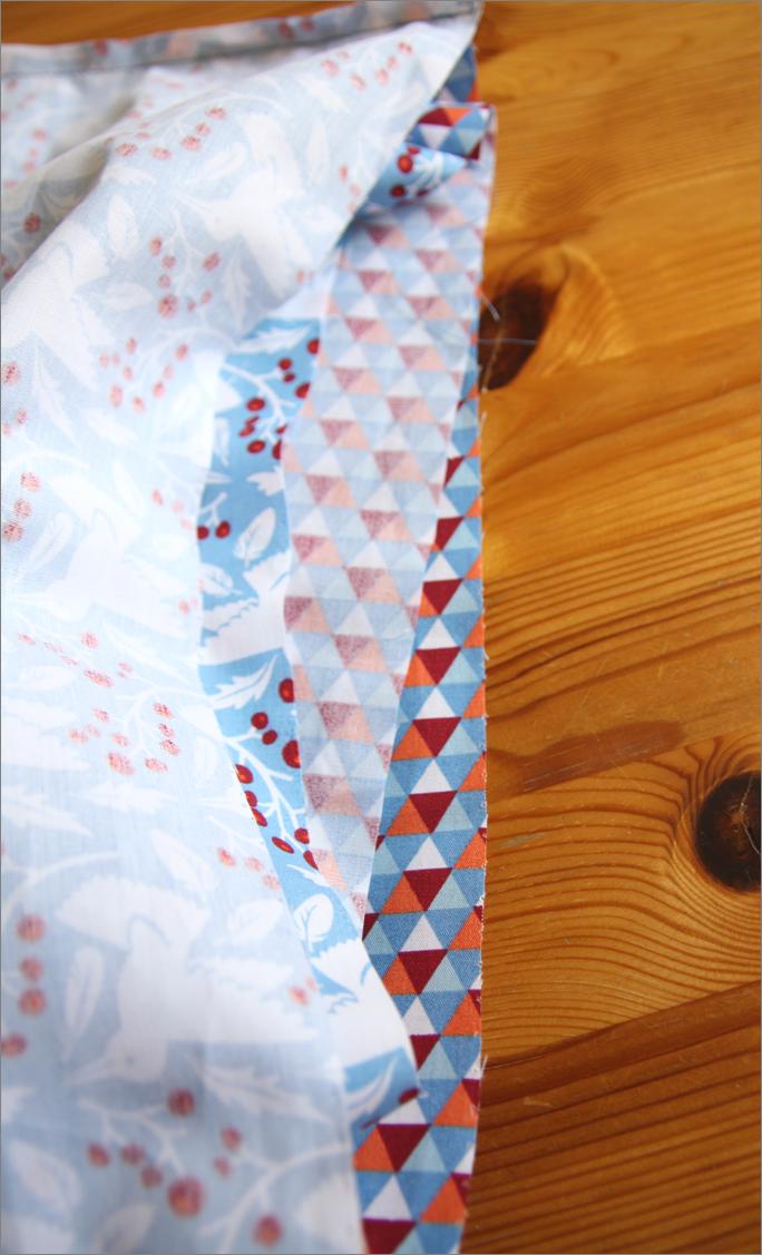 Zuerst werden die Stoffe zugeschnitten. Für einen Loop-Schal aus ...