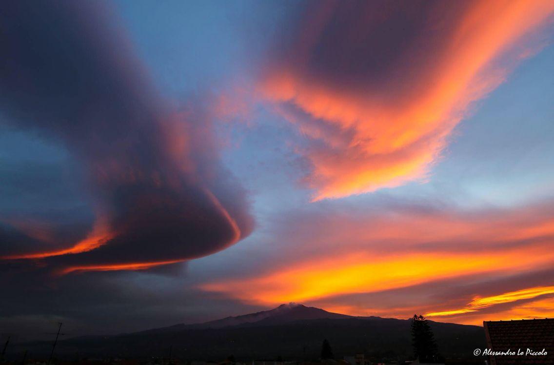 #Etna - 05.09.2016 | Alcune foto del pittoresco tramonto di oggi e il vulcano a colorare questo nuovo mese. L'avete visto? <3  Spettacolare!  ©Photo Credit: Alessandro Lo Piccolo