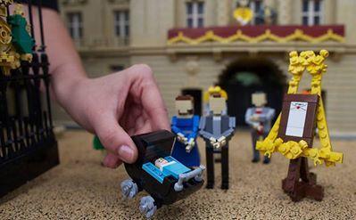 Príncipe William, Kate e seu recém-nascido bebê, George Alexander Louis, ganham versão em Lego. (Foto: Andrew Cowie/AFP)