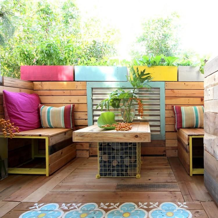 Meuble extérieur en palette de bois terrasse moderne avec plancher en bois canapés intégrés
