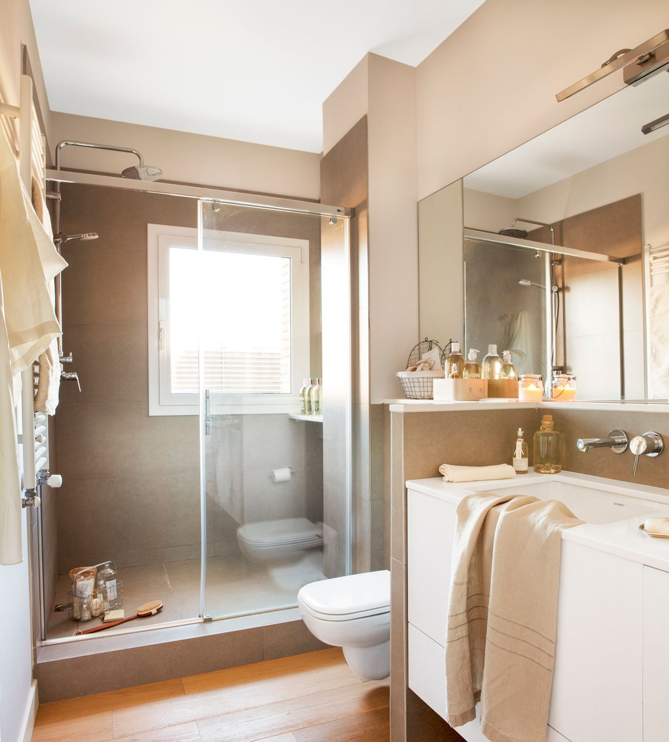 Radiador toallero en la pared inodoro separar y ba o for Toallero para ducha