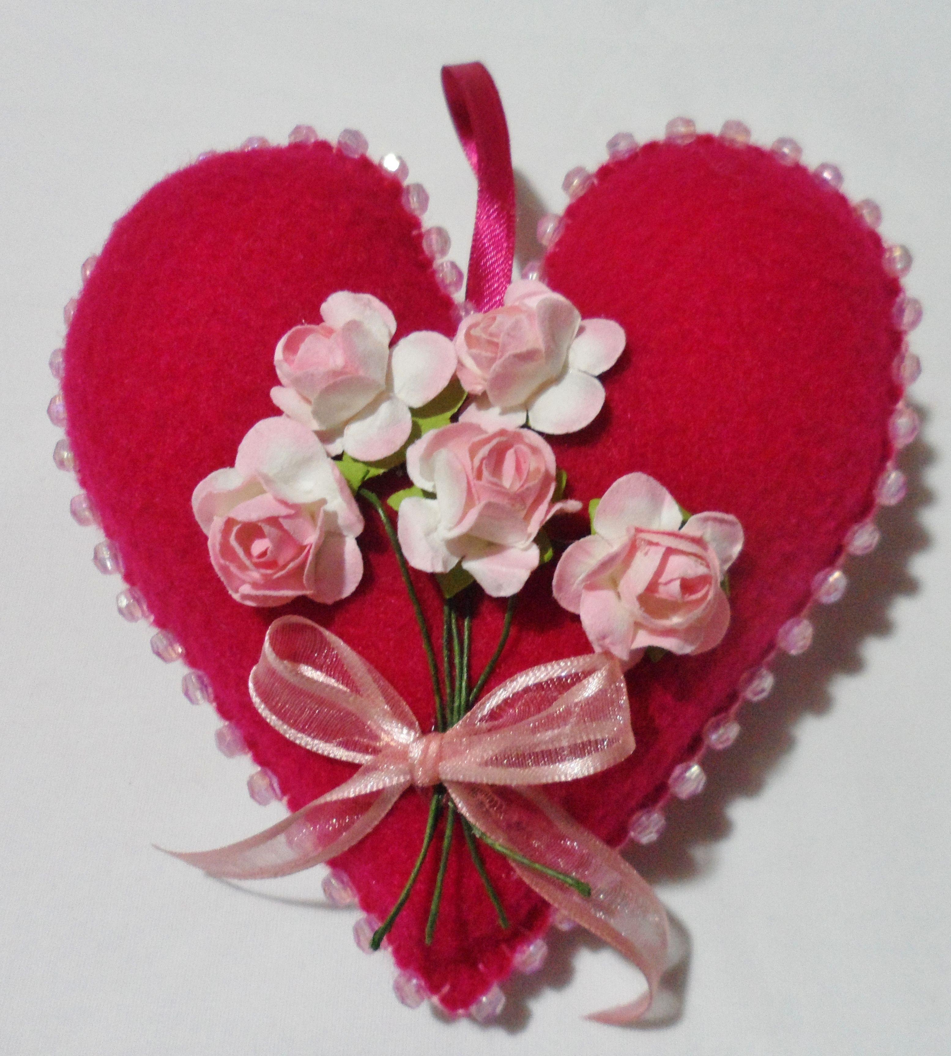 coraz³n fucsia oscuro con bordado de mostacillones ramo de flores de papel en tono