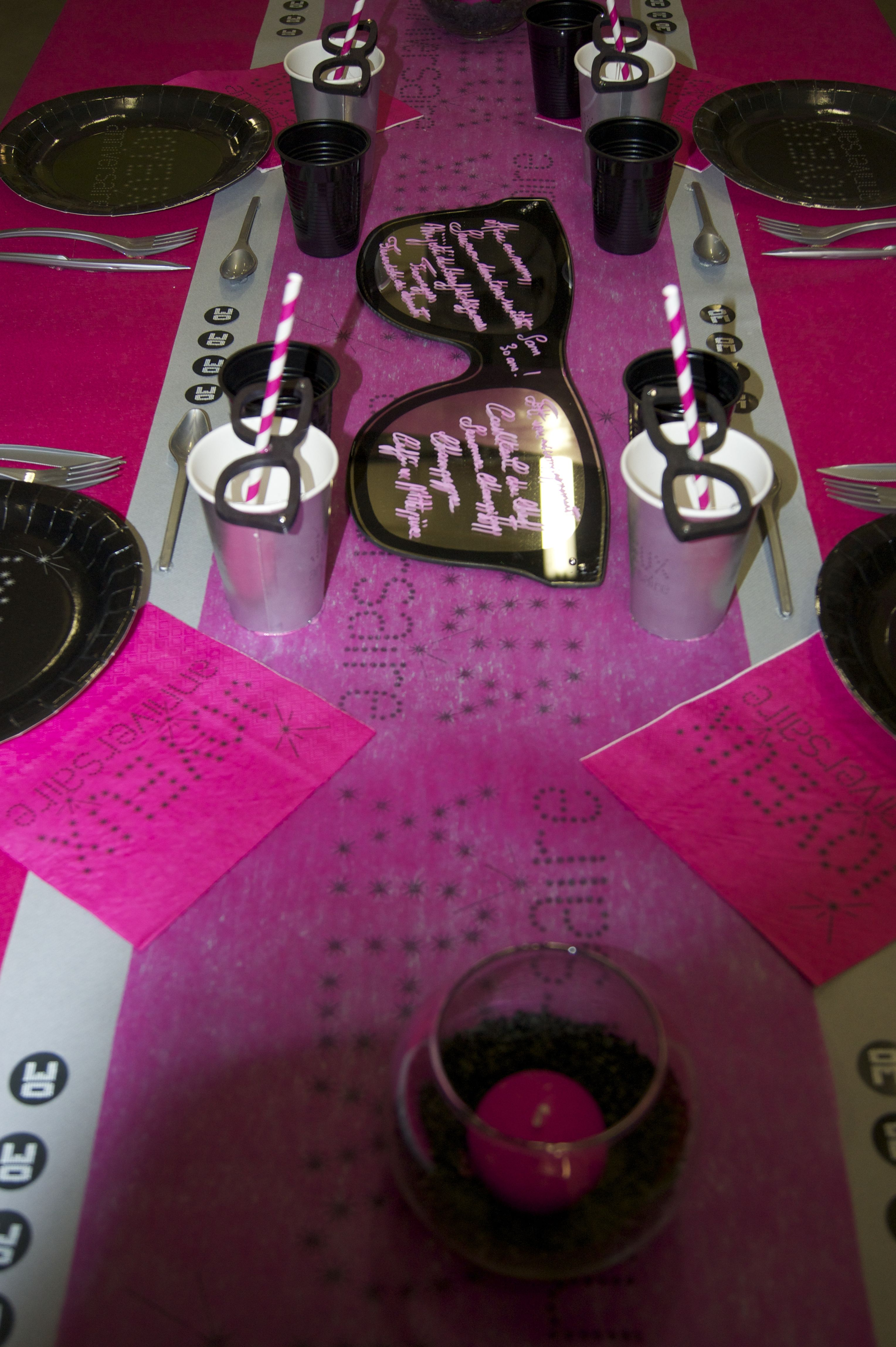 Decoration De Table Anniversaire Rose Noir Www Le Geant De La
