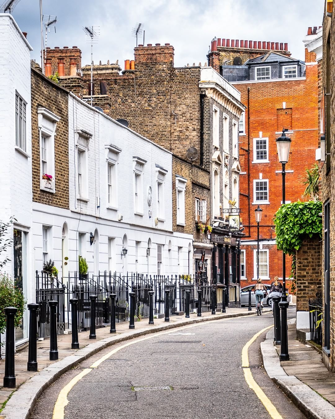 A Curving Street Off The King S Road In Chelsea London This Is One Of The Best Places In London To See Pre London Country Best Places In London London Places