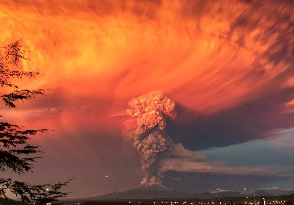 El Volcan Chileno Calbuco , sorprendio el miercoles con una potente erupcion de cenizas de varios kilometros de altura que llego hasta argentina, tras permanecer inactivo por casi 50 años - 22-04 /2015 .