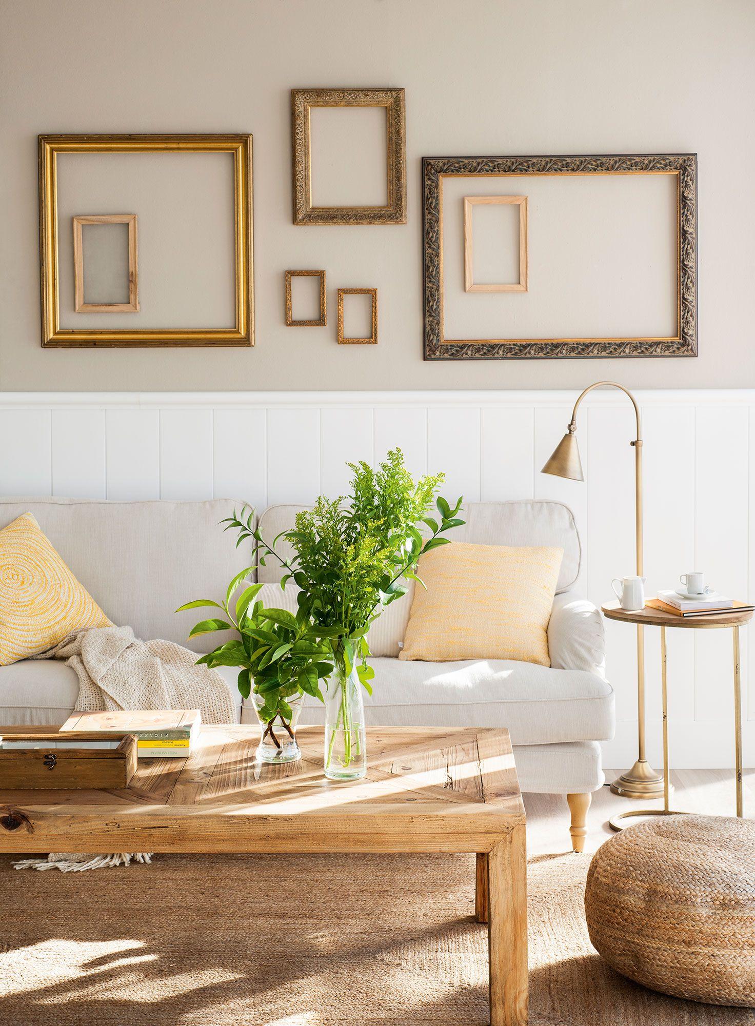 Semitoma de salón con sofá, zócalo de madera blanca y marcos de ...