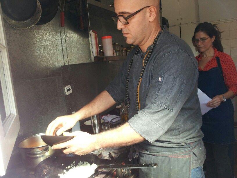 Aprendiendo a cocinar vegano con Máximo Cabrera.  En Kensho.