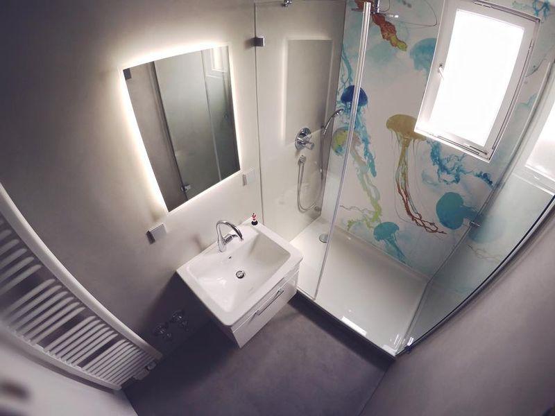 Fugenlos im Badezimmer. Ohne Fliesen, mit Tapete in der