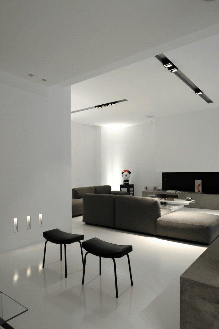 Eclairage indirect salon avec interieur blanc et chaises noires