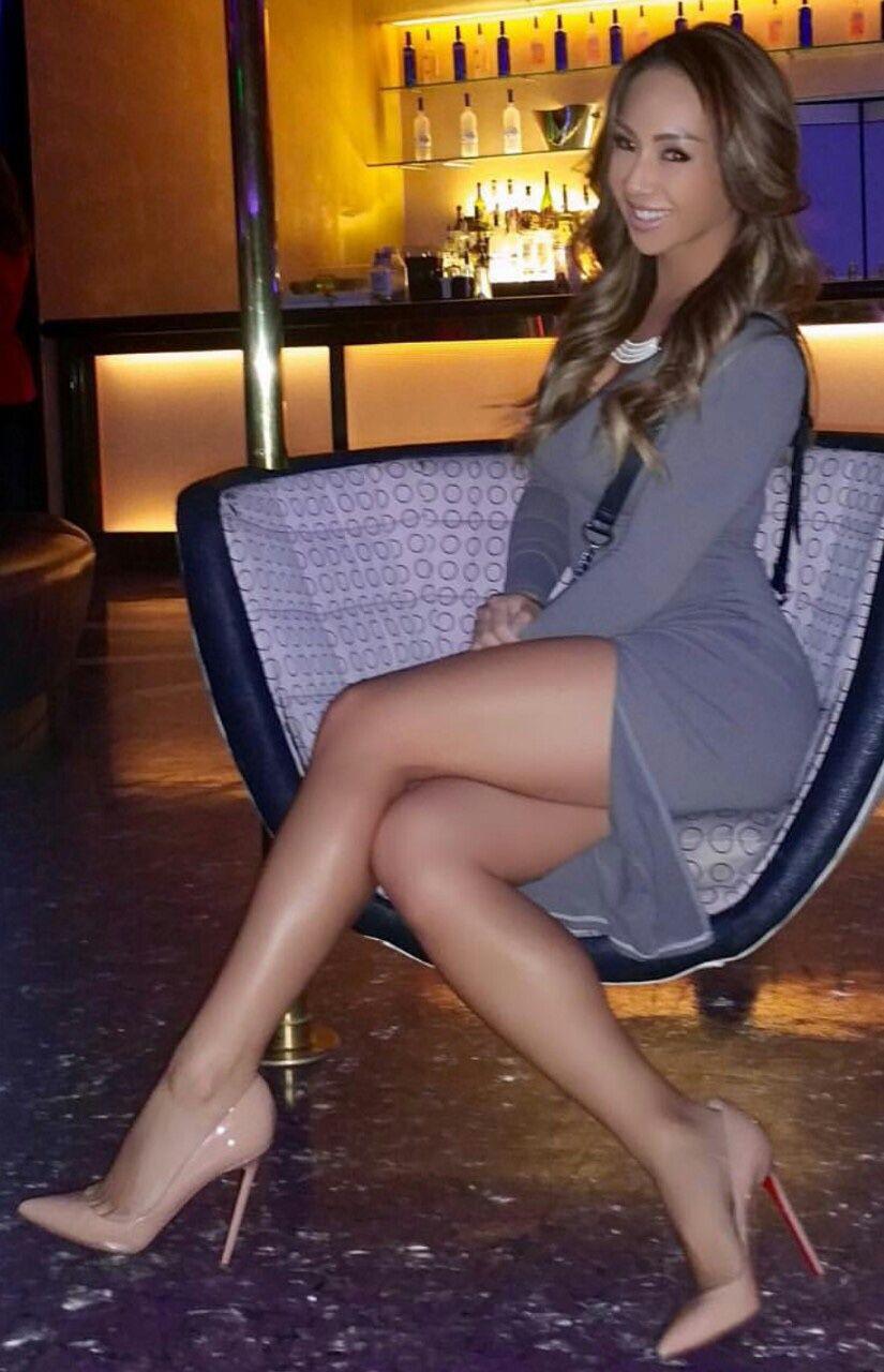 womens-crossed-legs-in-pantyhose